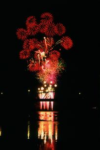 境町利根川花火大会スターマインの写真素材 [FYI03298183]
