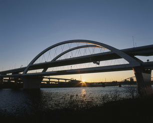 首都高中央環状線五色桜大橋と初日の出の写真素材 [FYI03298209]