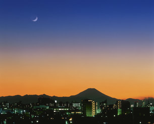 東京市街地と富士山と三日月暮色の写真素材 [FYI03298213]