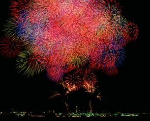 さいたま市花火大会 千輪ツインスターマインの写真素材 [FYI03298214]