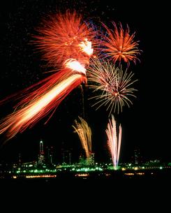 さいたま市花火大会 横連星ツインスターマインの写真素材 [FYI03298215]