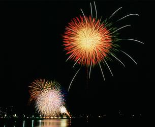 伊東温泉とっておき冬花火大会の写真素材 [FYI03298243]