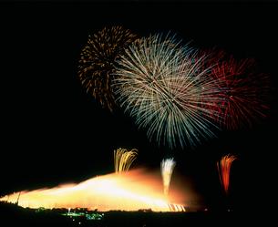 水海道市花火大会 ナイアガラ富士とオープニング花火の写真素材 [FYI03298289]