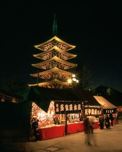 浅草寺羽子板市と五重塔ライトアップ 夜景の写真素材 [FYI03298367]