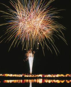 葛生工業祭花火大会と夜店 スターマインの写真素材 [FYI03298626]