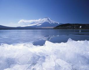 氷結する山中湖と富士山の写真素材 [FYI03298782]