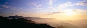 乗鞍岳より望む朝日と山並みの写真素材 [FYI03299102]