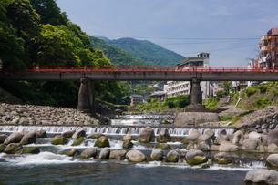 新緑の箱根湯本温泉街と早川の写真素材 [FYI03299455]