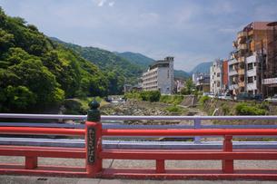 新緑の箱根湯本温泉街と早川の写真素材 [FYI03299465]