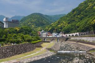 新緑の箱根湯本駅と早川の写真素材 [FYI03299472]