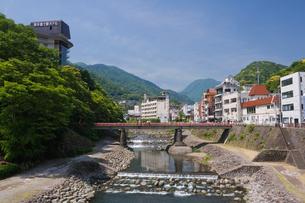 新緑の箱根湯本温泉街と早川の写真素材 [FYI03299479]