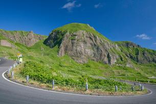 元地海岸コースの桃岩と道路の写真素材 [FYI03299512]