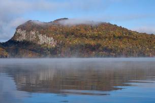 十和田湖畔の紅葉と朝霧 宇樽部より望むの写真素材 [FYI03299543]