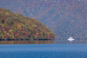 十和田湖畔の紅葉と観光船 宇樽部より望むの写真素材 [FYI03299544]