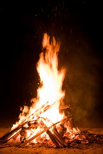 キャンプファイヤーの炎の写真素材 [FYI03299565]