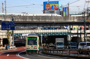 王子駅を通過する新幹線と駅付近の道路の写真素材 [FYI03300519]