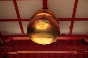 馬橋稲荷神社随神門の鈴の写真素材 [FYI03300856]
