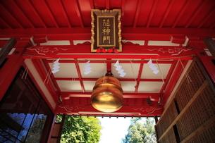 馬橋稲荷神社随神門の鈴と額の写真素材 [FYI03300920]