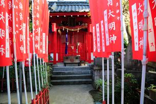 装束稲荷神装束稲荷大明神の旗と拝殿の写真素材 [FYI03301045]
