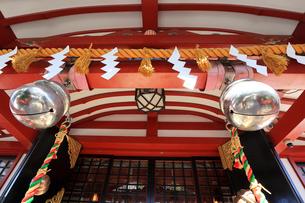 東大島神社拝殿の鈴と注連縄の写真素材 [FYI03301223]