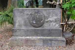 三囲神社 境内 三越の碑の写真素材 [FYI03301295]