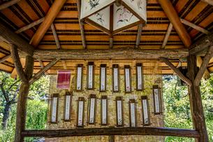 向島百花園、あずま屋に下げられた俳句の写真素材 [FYI03301727]