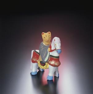 狐の馬のり 伏見人形の写真素材 [FYI03303010]