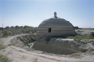 中央アジア・隊商宿跡と貯水池 ウズベキスタンの写真素材 [FYI03303524]