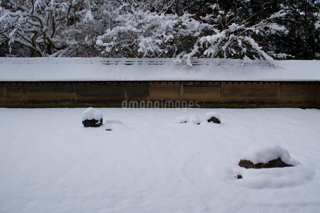 雪の石庭の写真素材 [FYI03303604]