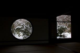 「悟りの窓」と「迷いの窓」の雪景色の写真素材 [FYI03303611]