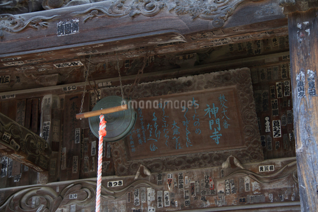 秩父三十四ヵ所 第十八番神門寺の本堂と鰐口の写真素材 [FYI03303664]