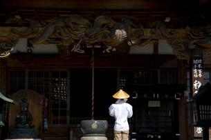 秩父三十四ヵ所 第十二番野坂寺の本堂と巡礼者の写真素材 [FYI03303685]