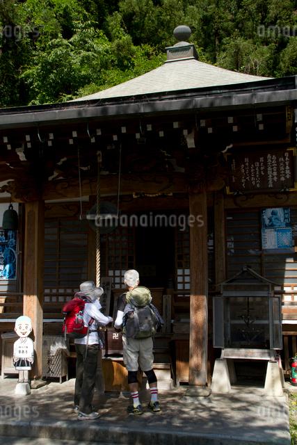 秩父三十四ヵ所 第十一番常楽寺の本堂と巡拝の人の写真素材 [FYI03303687]