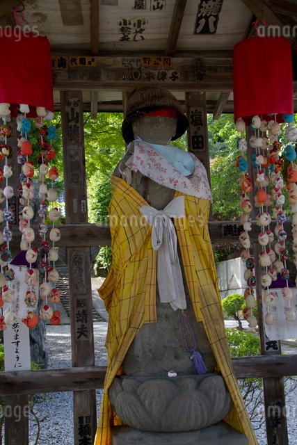 秩父三十四ヵ所 第二十七番 大渕寺の入り口の石仏の写真素材 [FYI03303699]