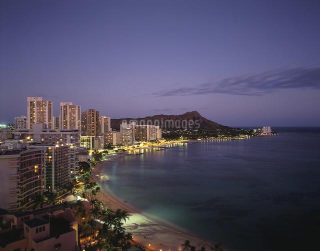 ワイキキビーチの夜景の写真素材 [FYI03303782]