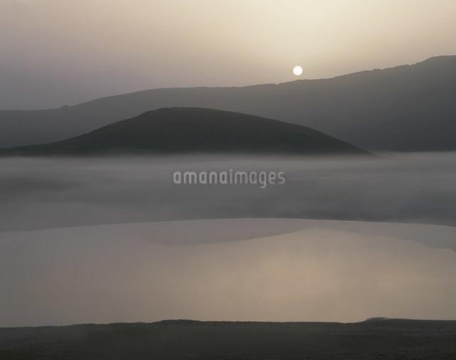 草千里の朝もやの写真素材 [FYI03303795]