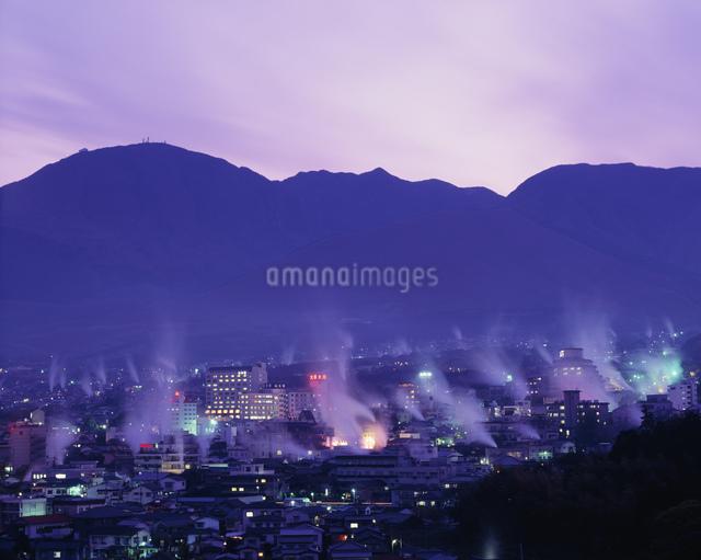 鉄輪温泉街夕景の写真素材 [FYI03304002]