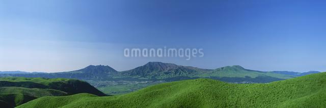 阿蘇五岳と外輪山草原の写真素材 [FYI03304033]