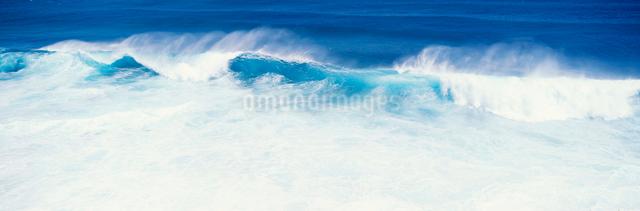 東平安名岬の波の写真素材 [FYI03304175]
