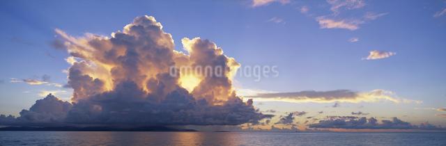 小浜島・西表島遠望 夏雲夕景の写真素材 [FYI03304195]