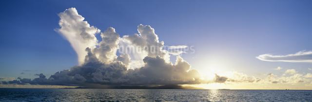 夏雲の夕景 小浜島・西表島遠望の写真素材 [FYI03304200]