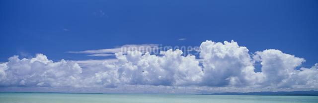 小浜島と西表島遠望 夏雲の写真素材 [FYI03304205]
