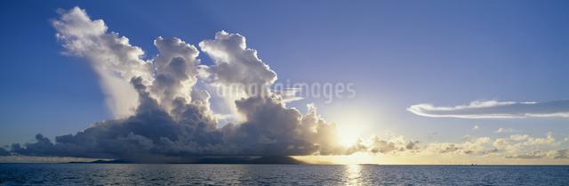 小浜島と西表島遠望 夏雲と夕景の写真素材 [FYI03304210]