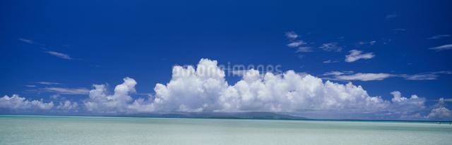 小浜島と西表島遠望 夏雲の写真素材 [FYI03304211]