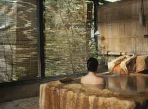 岩風呂と女性の写真素材 [FYI03304391]