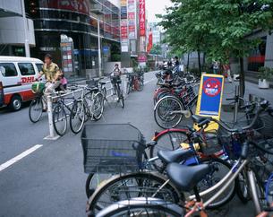 歩道にとめられた自転車の写真素材 [FYI03304919]