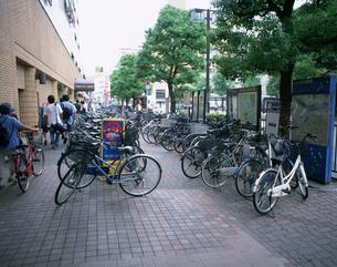 歩道にとめられた自転車の写真素材 [FYI03304924]