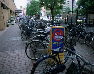 歩道にとめられた自転車の写真素材 [FYI03304926]