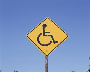 車いす注意の標識の写真素材 [FYI03305242]