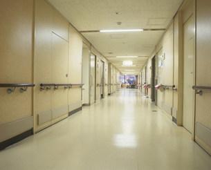 病院の廊下の写真素材 [FYI03305514]
